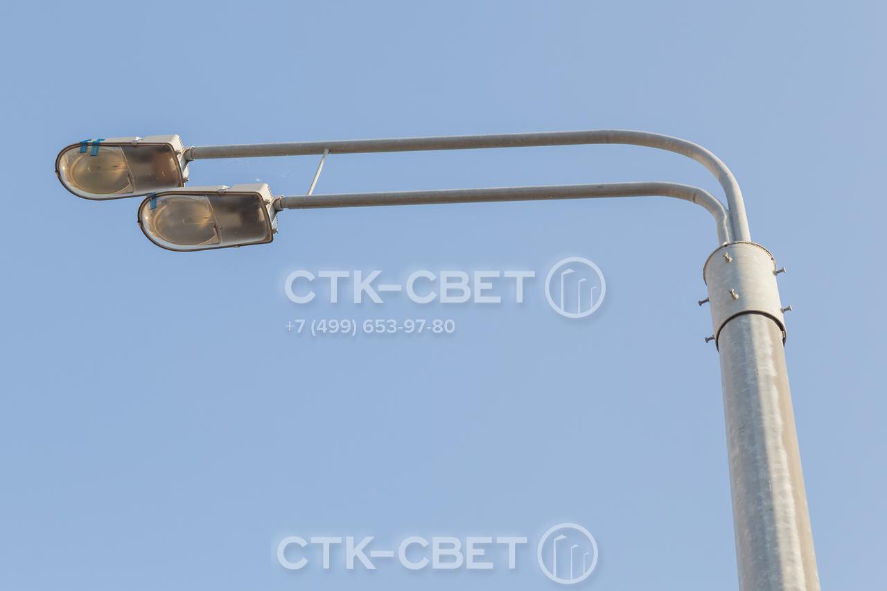 На фото изображен двухрожковый кронштейн с креплением за обечайку. Рожки кронштейна установлены один над другим и предназначены для консольных светильников с газоразрядными лампами.