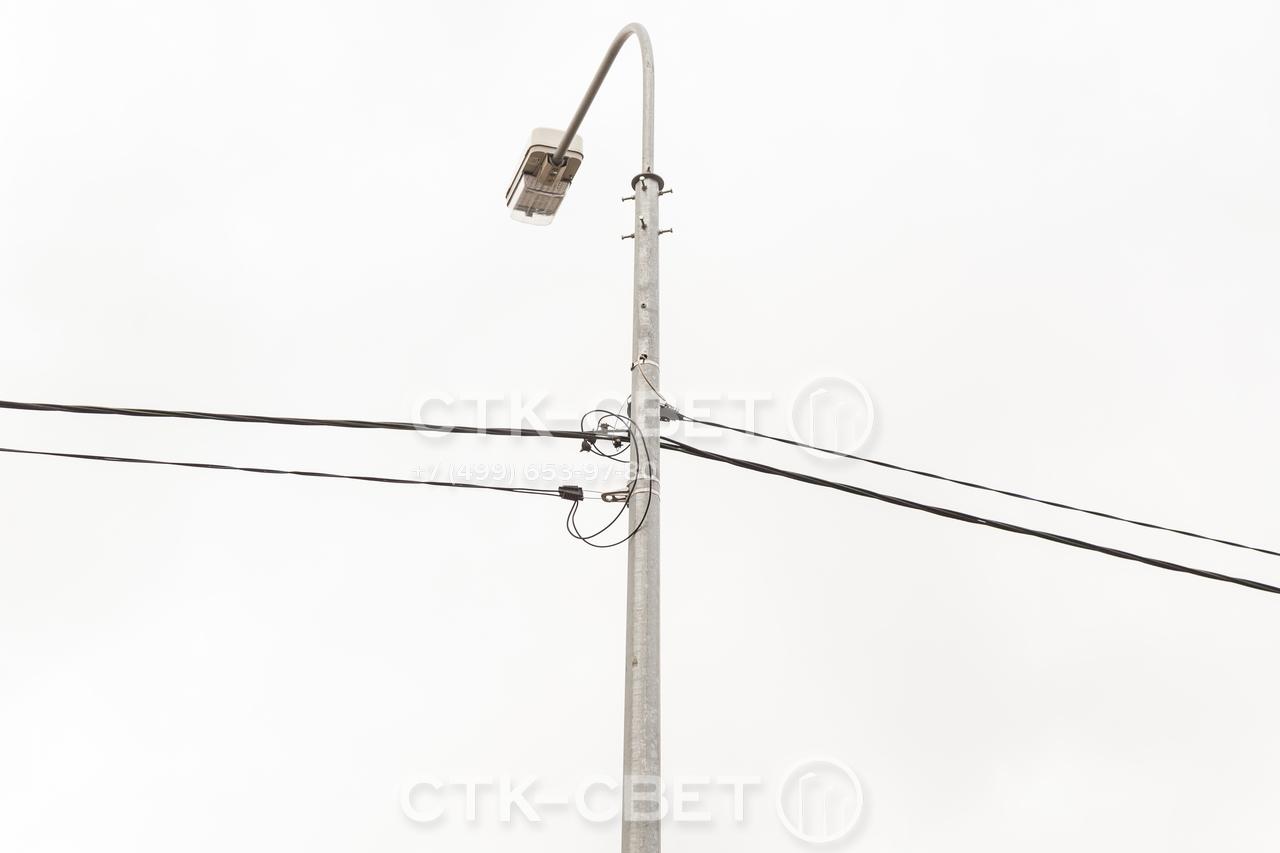 Крепление кронштейна для светильника к оголовку производится с помощью 8 болтов. Резьбовое соединение остается разъемным, поэтому при необходимости конструкцию можно разобрать и использовать повторно.
