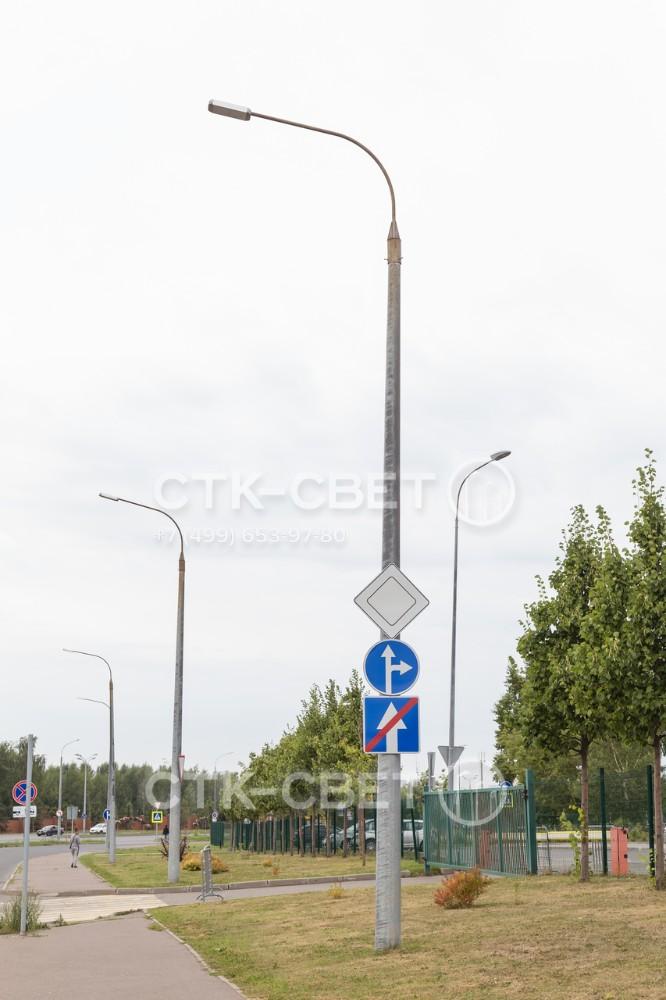 Силовая опора с граненым стволом имеет очень высокую несущую способность. В варианте на фото конструкция используется для установки консольного светильника на радиальном кронштейне, а также дорожных знаков.