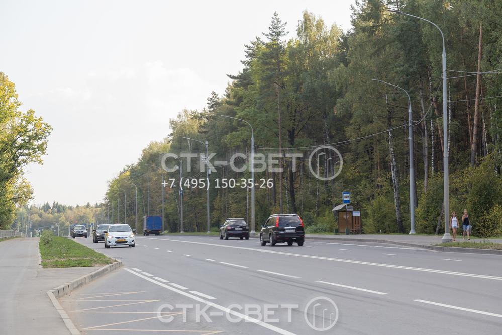 Трубчатые опоры СФ установлены вдоль автомобильной дороги. Использование воздушной силовой линии в этом случае сокращает затраты подрядной организации на обустройство осветительной инфраструктуры.