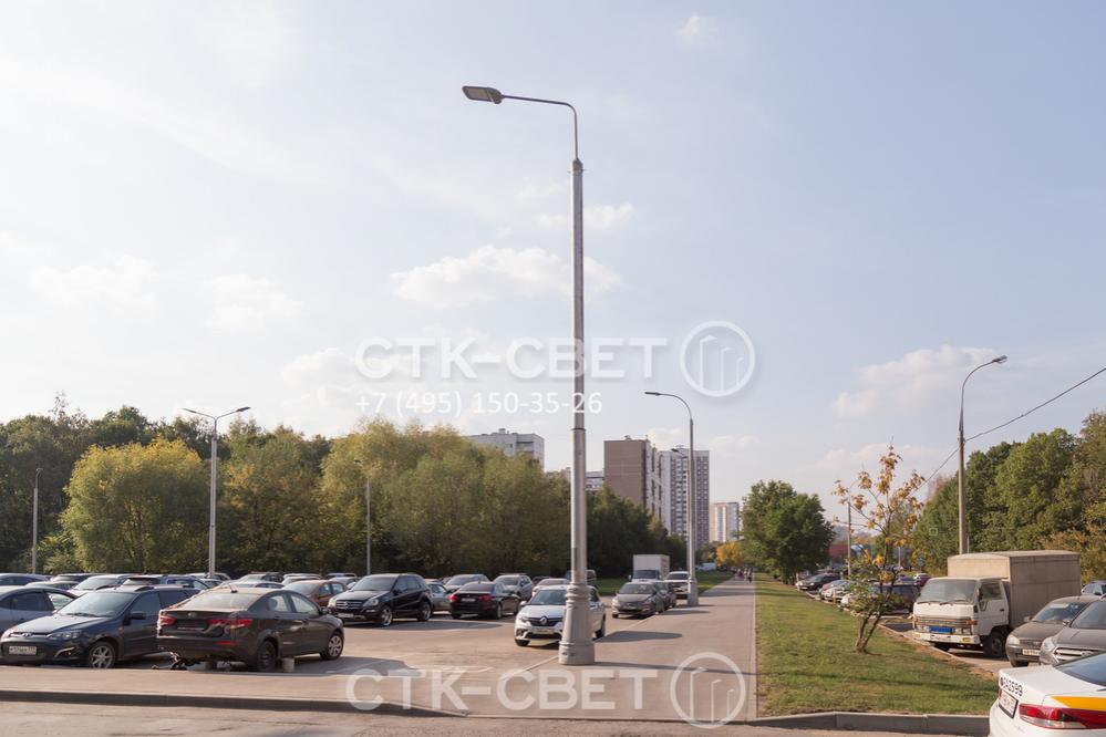 Силовая фланцевая опора на фото используется для установки светодиодных приборов освещения. Подземный вариант подключения проводов хорош тем, что в случае повреждения опоры не произойдет обрыва силовой линии, и система сохранит работоспособность.