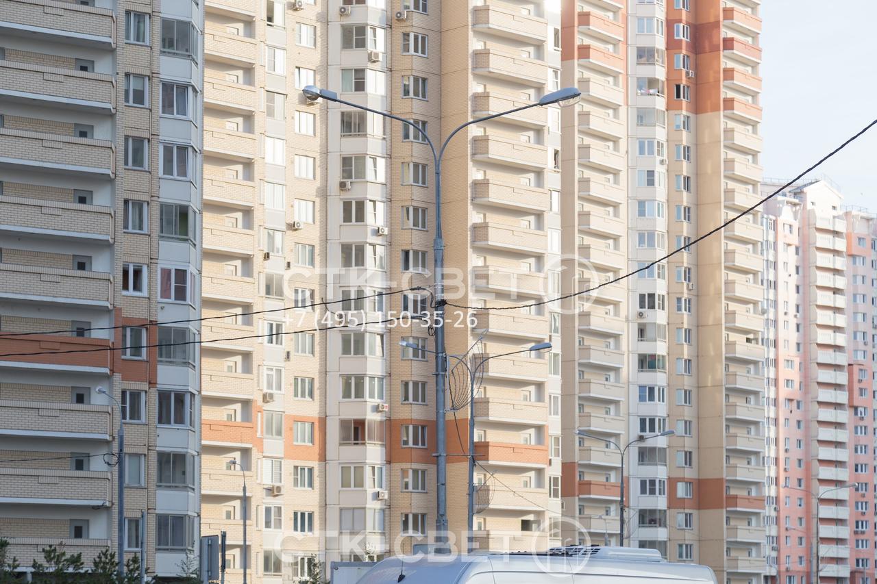 Опоры силовые трубчатого типа используются для освещения территорий жилых комплексов. В примере на фото на оголовке установлен кронштейн с большой высотой и длиной выноса, а также декоративные украшения и силовые линии.