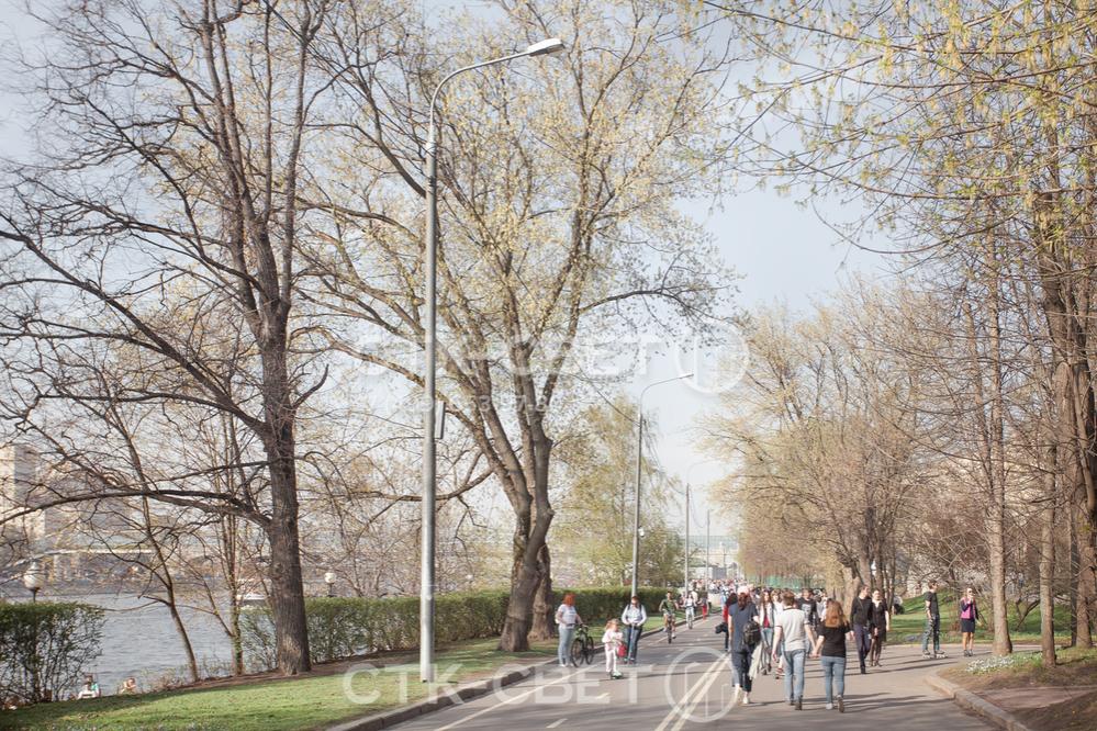 На фото приведен пример использования опор для освещения велосипедной и пешеходной дорожки. На ствол конструкции, помимо светильника, установлены громкоговорители системы оповещения.