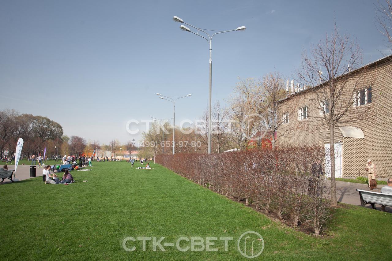 Трубчатые опоры часто используются для освещения скверов, площадей и других мест массового отдыха людей. Благодаря круглому поперечному сечению ствола они лучше смотрятся на фоне растительности и ограждений.