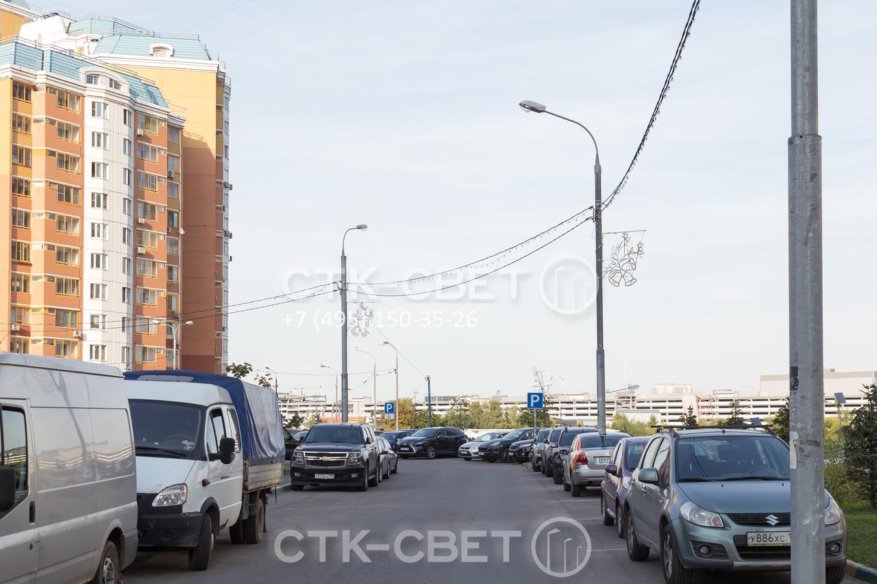 Прямостоечные опоры из трубного проката устанавливаются на хвостовик. Поэтому их можно монтировать прямо на площадке для парковки транспорта. Фланец не будет мешать движению транспортных средств.