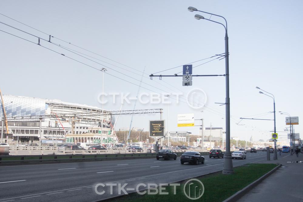 Провода для троллейбусов на опоре могут подвершиваться на жестких консолях или гибких растяжках. В первом случае на консоль можно дополнительно прикрепить дорожные знаки, как это сделано на фотографии.