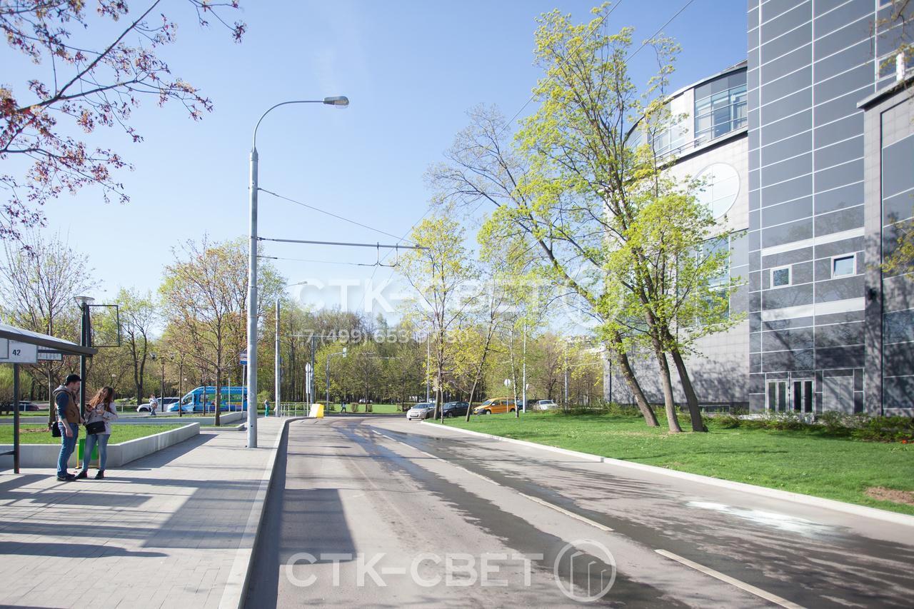 На фото приведен пример использования прямостоечной опоры контактной сети. Обратите внимание, что установка осуществляется на хвостовик, поэтому массивный подпятник с болтами не портит вид тротуара.
