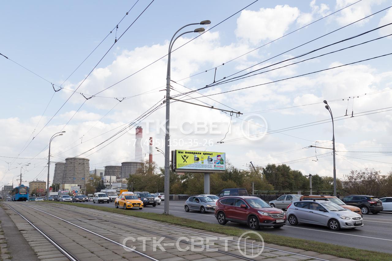 Опоры для контактной сети способы выдерживать очень высокую нагрузку. На одной конструкции, представленной на фото, закреплены силовые линии, провода для троллейбуса и автобуса, консольные светильники на высоком и длинном кронштейне.