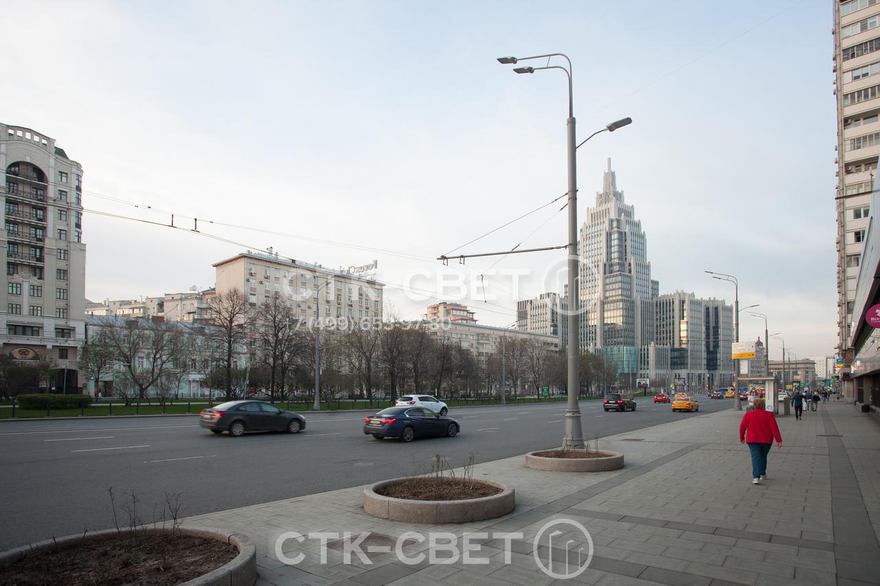 Опора контактной сети – мощная конструкция, которая удерживает консоль с проводами для троллейбусов, а также светильники с кронштейнами. Это дает возможность уменьшить число инженерных конструкций на улице города.