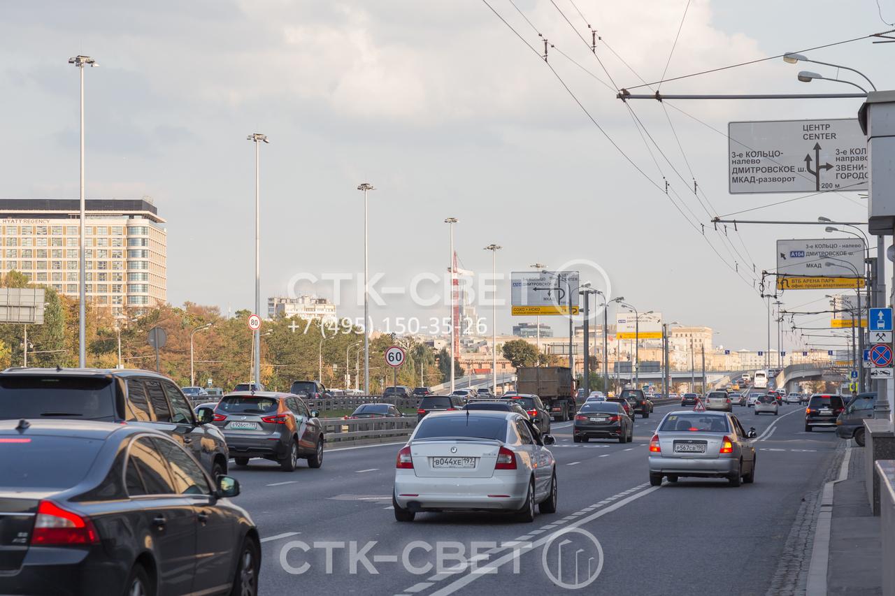 Опоры контактной сети хорошо смотрятся на фоне других элементов оформления улиц. Они могут использоваться для местного освещения вместе с прожекторыми мачтами, которые видны на фотографии справа.