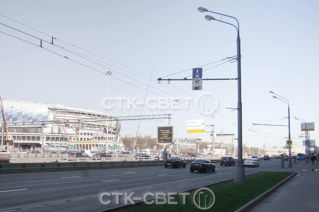 Подвеска проводов для троллейбусов к стволу может производится с помощью жесткой стальной консоли. Она же подходит для того, чтобы закрепить дорожные знаки. Световые приборы крепятся на кронштейны.
