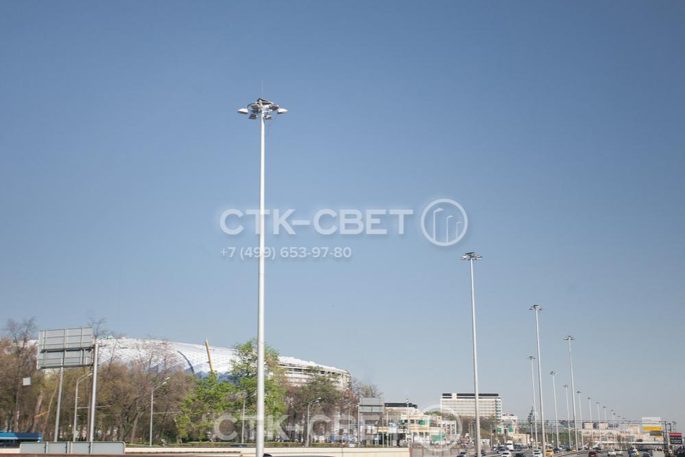 Осветительные мачты стоят дороже, но могут заменить несколько опор освещения. Поэтому при их использовании общая сметная стоимость системы освещения может быть ниже. В том числе и за счет снижения затрат на монтаж.