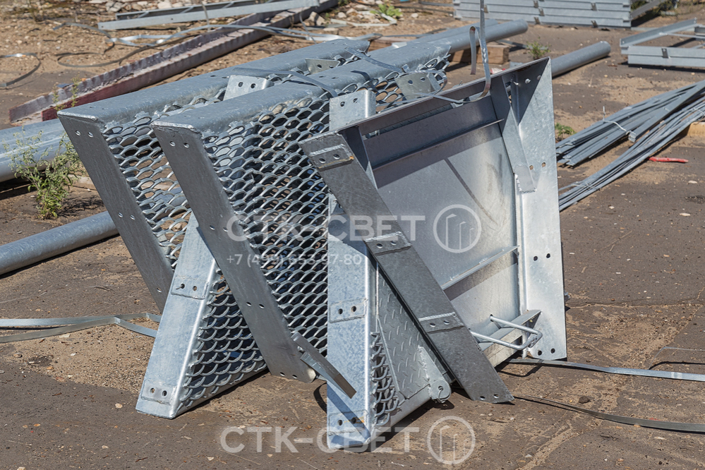 На фото изображены части технологической площадки, которая будет размещена в верхней части мачты. Все элементы обработаны методом горячего цинкования, чтобы избежать преждевременной коррозии.
