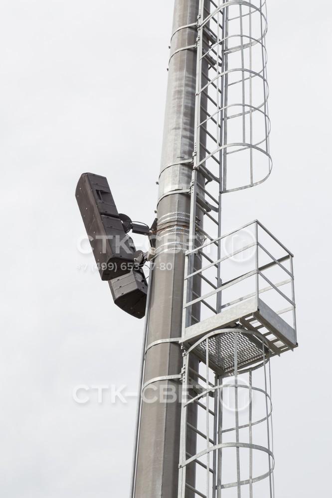 Ствол мачты имеет высокую несущую способность и прочность. Он выдерживает вес массивных светильников на оголовке, также на него можно крепить громкоговорители системы освещения и лестницу для подъема.