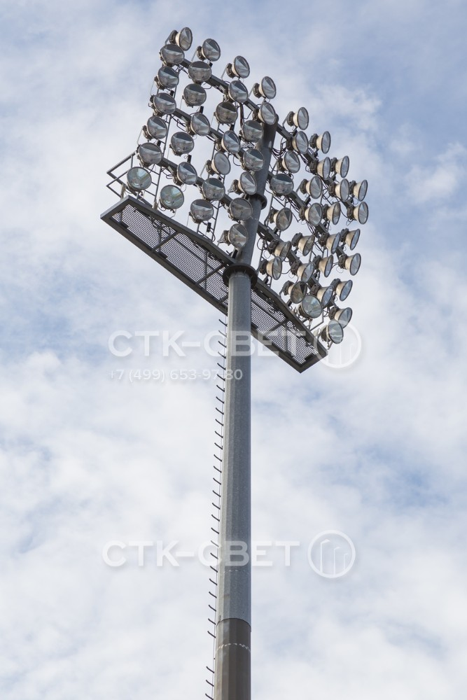 Форму и размер стационарной рамы в верхней части мачты может выбирать покупатель при оформлении заказа. В варианте на фото использована прямоугольная модель с наклоном, на которой можно разместить много прожекторов.
