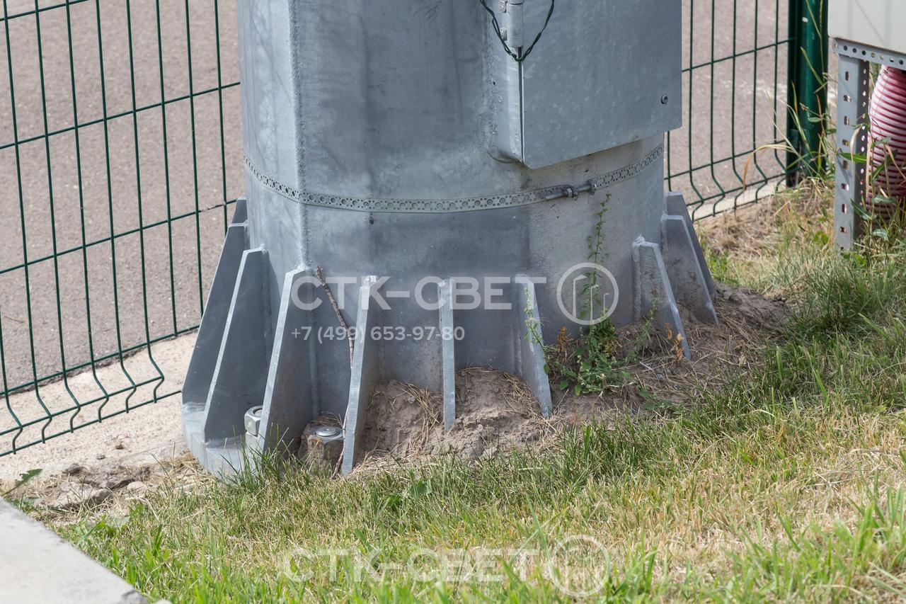 Монтаж мачт со стационарной короной производится на фланец. Используется круглый подпятник с отверстиями по окружности, который прикручивается к анкерной закладной детали фундамента. Подпятник усилен треугольными косынками.