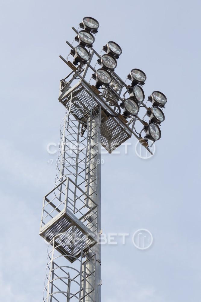 В верхней части мачты возле рамы для светильников делается технологическая площадка с ограждением. Она нужна для нахождения электрика во время выполнения регламентных или ремонтных работ.