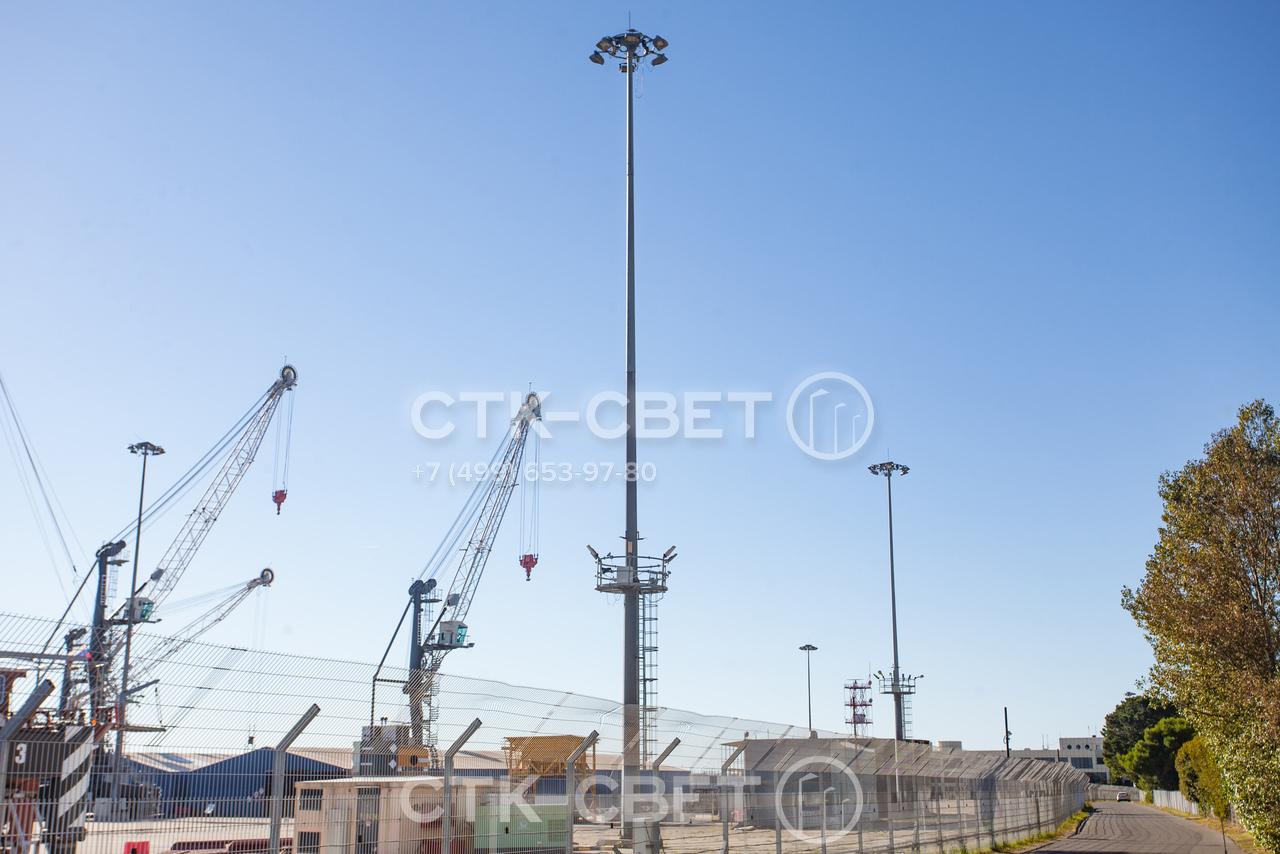 Для обслуживания светильников в верхней части корону достаточно опустить с помощью лебедки вниз к стационарной площадке. Работники не будут мешать движению транспорта возле ствола мачты.