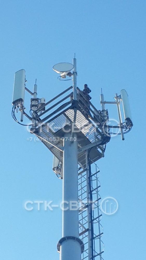 Проект каждой мачты связи рассчитывается индивидуально. В представленном на фото варианте инженерная конструкция используется для размещения антенн сотовой связи. Обратите внимание, что провод размещен снаружи вдоль лестницы, а не внутри ствола.