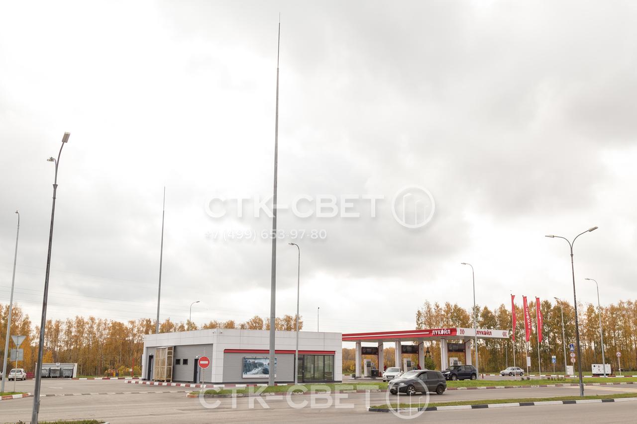 На фото изображен молниеотвод, который установлен на автозаправочной станции. В зону защиты входят все здания, которые находятся внутри воображаемого конуса с вершиной, совпадающей с верхушкой штыря на опоре.