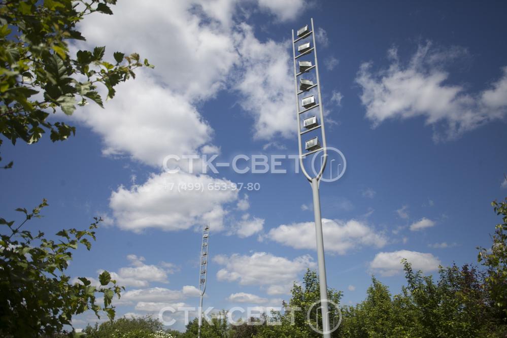 Опора Камертон предназначена для установки прожекторов. Каждый из световых приборов имеет собственную монтажную скобу для удобного направления светового потока. Все электрические кабели проложены внутри инженерной конструкции.