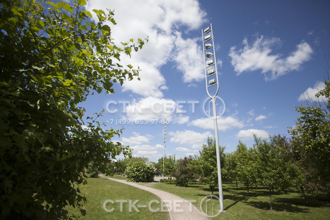 Парковая осветительная опора Камертон изготавливается из стальных труб и имеет необычную форму ствола. За счет этого она не просто освещает парковую территорию, но является самостоятельным украшением ландшафта.