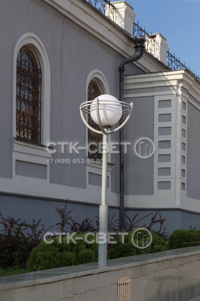 Осветительные опоры можно устанавливать в грунт на закладную деталь фундамента, в парапет и другие элементы оформления улицы. Для этого параметры опоры могут быть изменены при изготовлении.