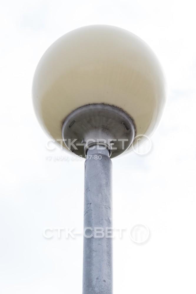 Установка одного осветительного прибора на оголовок опоры производится без использования дополнительных кронштейнов. Чаще всего применяются светильники с шарообразными отражателями, однако покупатель может выбрать другой вариант.