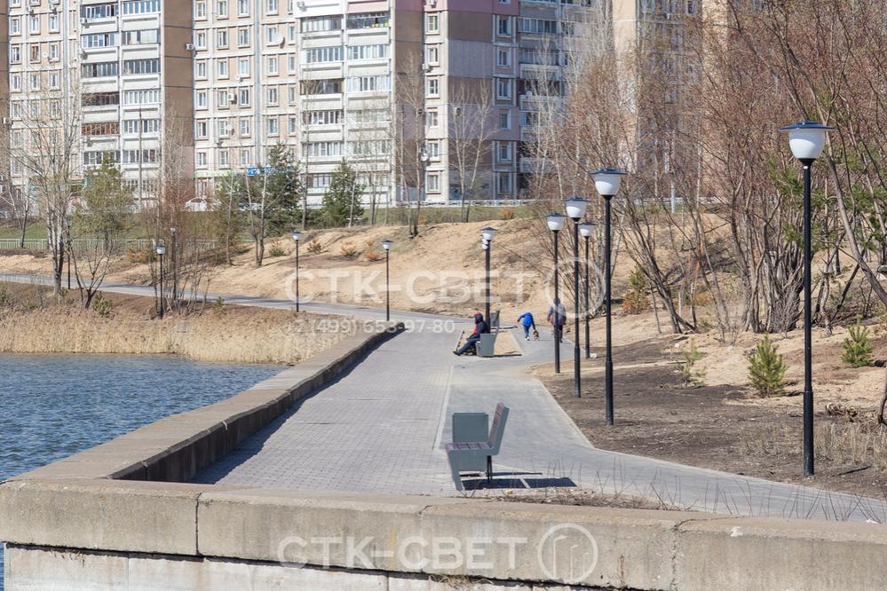 На фото изображены опоры с круглым поперечным сечением, которые используются для освещения дорожки возле водоема. Они установлены с помощью хвостовика, поэтому красиво смотрятся на газоне.