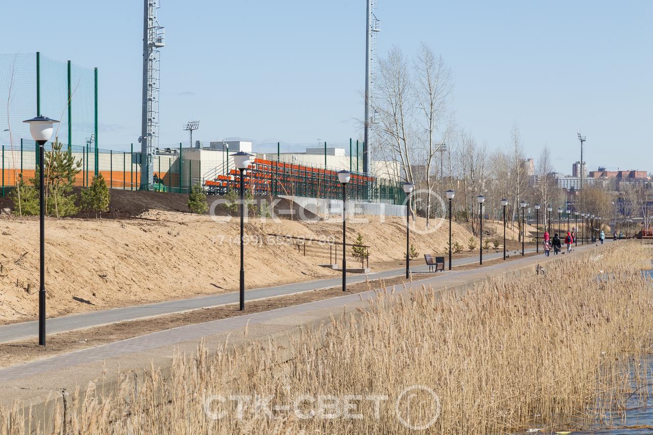 Парковые опоры используются для местного освещения дорожек для велосипеда, тротуаров. Они могут быть частью общей системы освещения, в которой используются мачты со стационарной короной (видны на заднем плане).