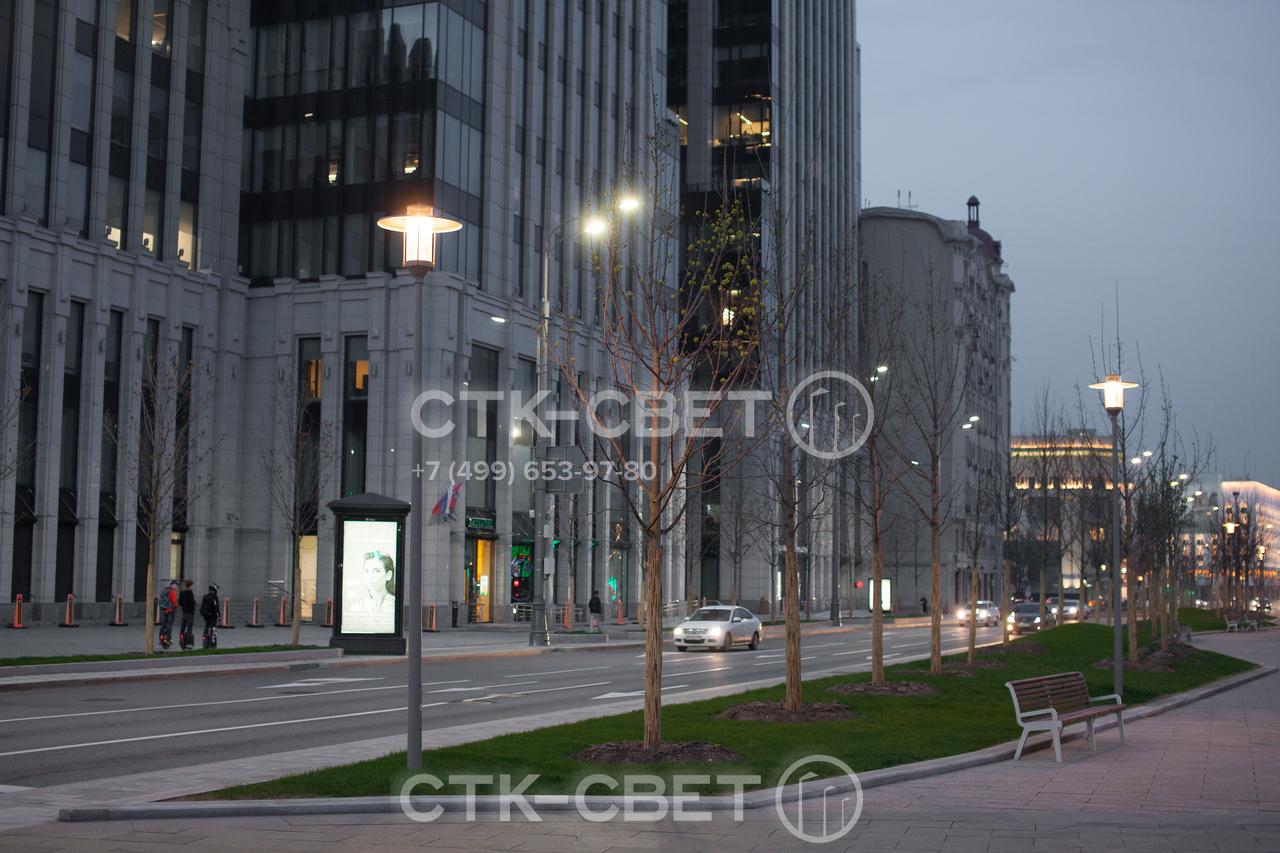 Опора Сокол имеет современный дизайн и используется для освещения скверов и парков в населенных пунктах. Представляет собой ствол из трубного проката, на верхушку которого крепится светильник цилиндрической формы.
