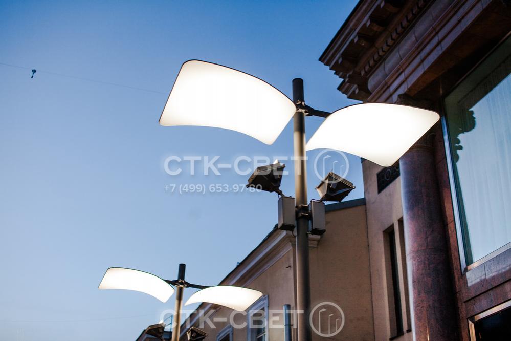 В качестве источников света в опорах Колизей используются очень мощные прожекторы. Однако световой поток от них смягчается благодаря пластине в верхней части с особым светоотражающим покрытием.