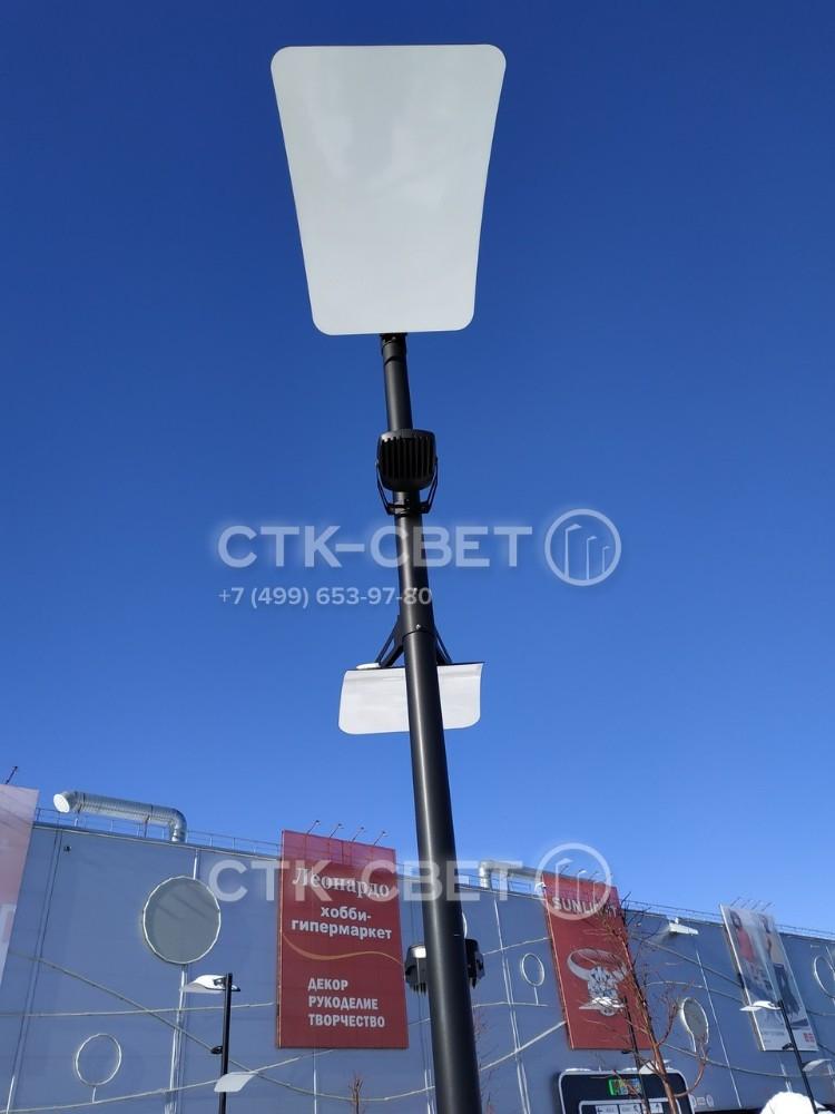 Электричество для работы приборов освещения подводится под землей и внутри ствола. Поэтому снаружи провода не видны, что улучшает внешний вид конструкции и предотвращает обрывы из-за умышленных вандальных действий.