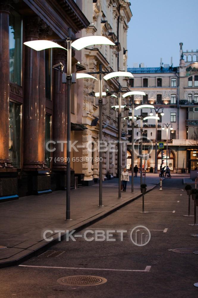 Осветительные парковые опоры Колизей можно использовать для освещения исторической и современной частей города. В варианте на фото с их помощью освещается парковка для транспорта и тротуар для пешеходов.