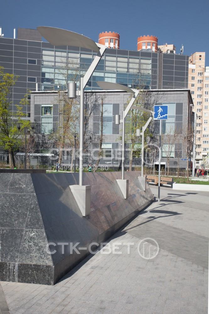 На фото изображены опоры Этюд, используемые для освещения фонтана. Обратите внимание, что устанавливать их можно не только в грунт на хвостовик или закладную деталь, но и в другие элементы оформления парка.