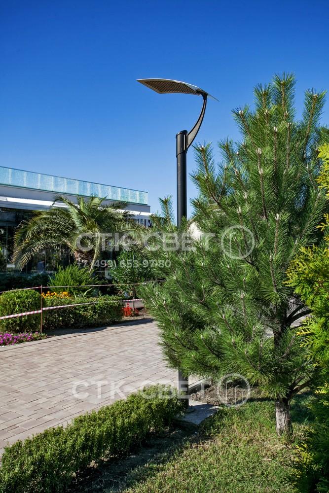 Благодаря круглому поперечному сечению ствола и черной окраске опора красиво сочетается с окружающей растительностью. Она имеет эффектный внешний вид благодаря отражающей пластине необычной формы.