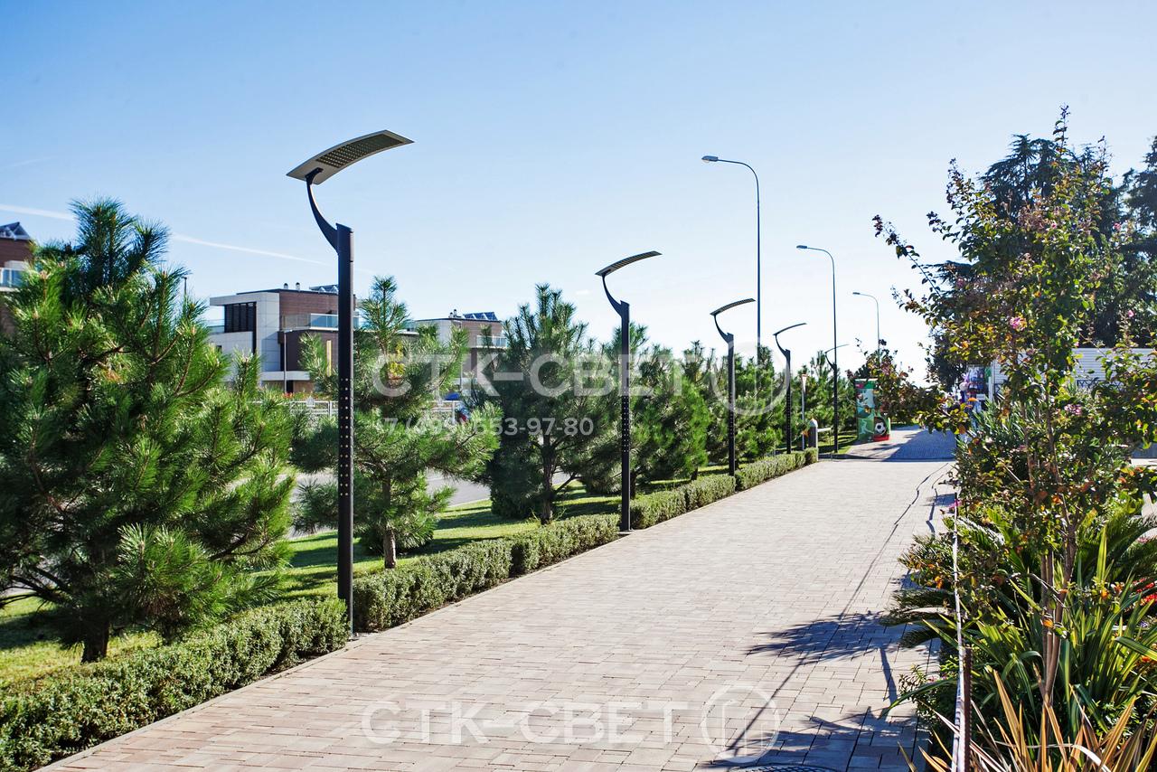Опоры Этюд чаще всего используются для создания местного освещения в парках. Они могут быть частью общей системы уличного освещения и использоваться в комплексе с традиционными опорами, которые видны на заднем плане.