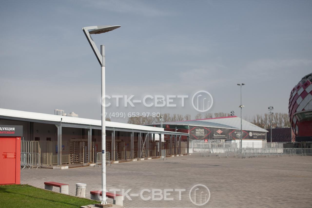 Форма отражающей пластины и тип светильника в верхней части ствола могут изменяться по желанию заказчика. В варианте на фото вместо обычной прямоугольной детали используется круглая.