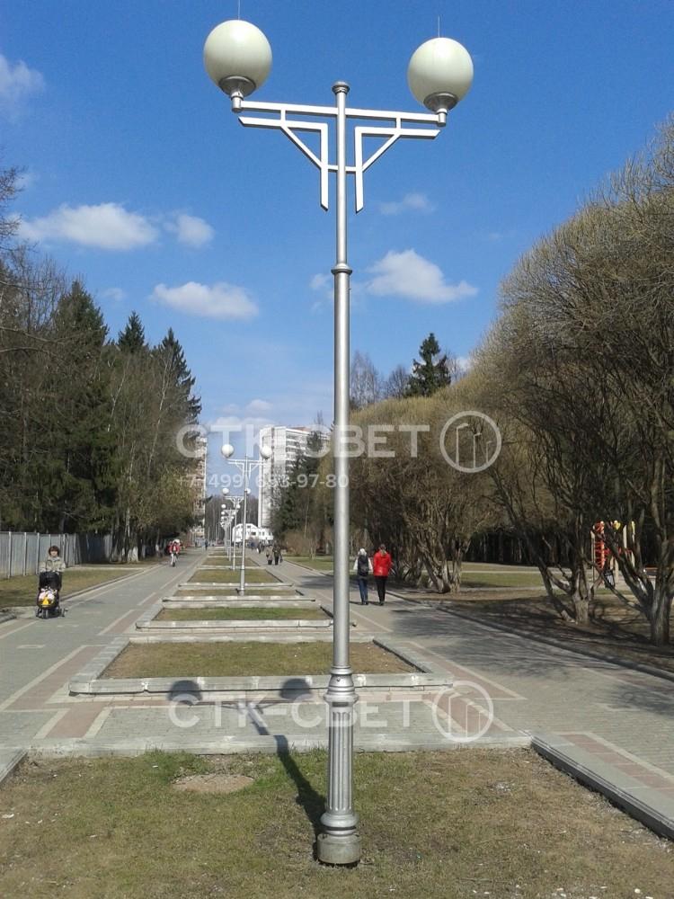 Си-Си – это декоративная парковая опора, которая имеет красивый кронштейн в верхней части. На него устанавливаются венчающие светильники с круглым или веретенообразным рассеивателем. Могут использоваться дополнительные декоративные элементы.