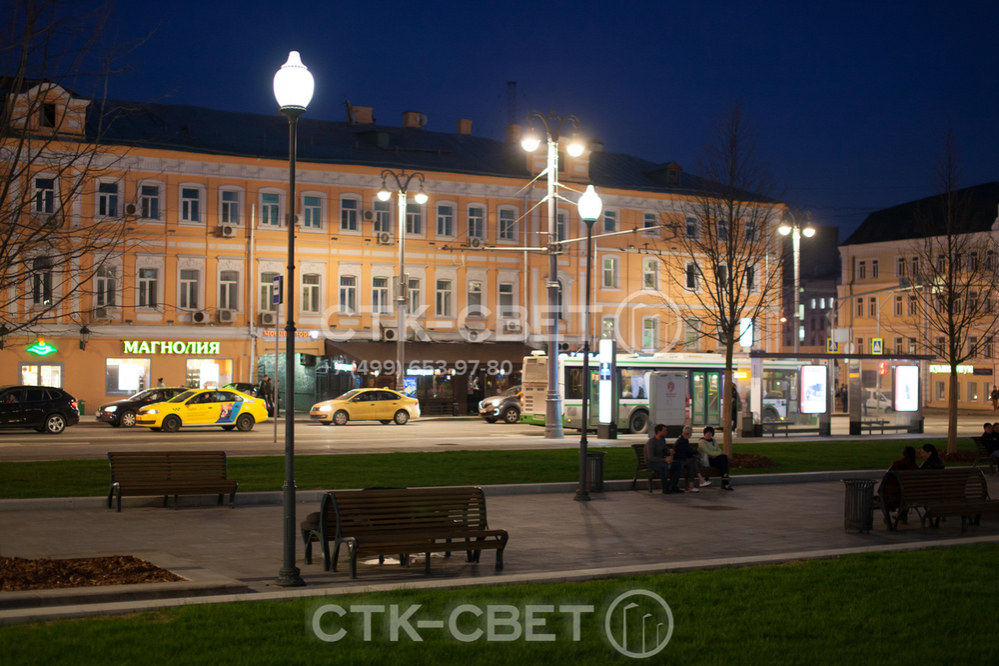 Осветительная опора Си-Си подходит для организации освещения небольшого парка. Без кронштейнов она имеет минималистичный внешний вид. Чаще всего используются светильники с веретенообразным рассеивателем.
